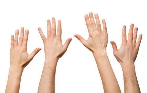 Обладательницы длинного указательного пальца чаще изменяют мужьям  